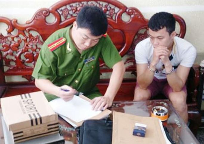Bắt nhóm lừa làm sổ đỏ, bằng giả, bán iPhone ở TP HCM - Ảnh 1.