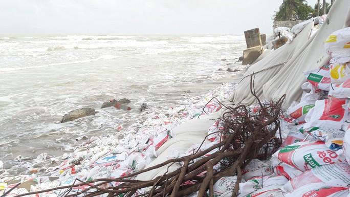 Chùm ảnh: Bờ biển Cửa Đại tan hoang hơn 2 km - Ảnh 1.
