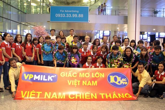 Ngày về rạng ngời của tuyển bóng đá nữ Việt Nam - Ảnh 6.