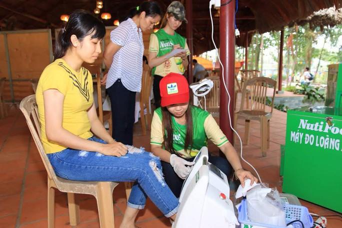 Nhân viên Nutifood đo xương cho công nhân tại Đồng Nai