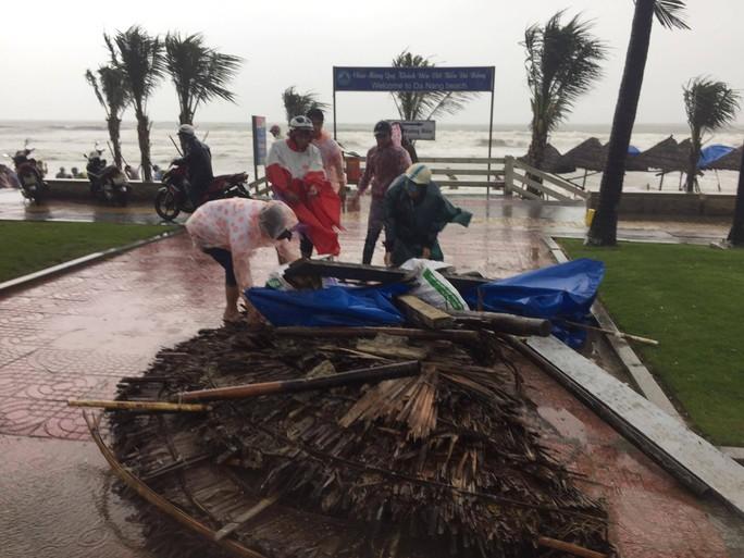 Đà Nẵng họp khẩn khắc phục thiệt hại do mưa bão trước giờ khai mạc APEC - Ảnh 2.