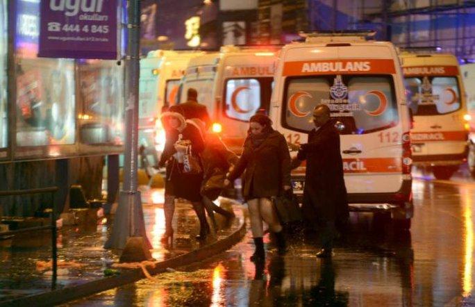 Xe cứu thương đến hiện trường vụ nổ súng. Ảnh: Reuters
