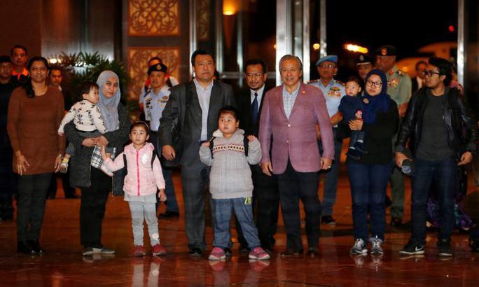 Bộ trưởng Ngoại giao Malaysia Anifah Aman (thứ 3 từ phải sang) đón 9 công dân về nước. Ảnh: REUTERS