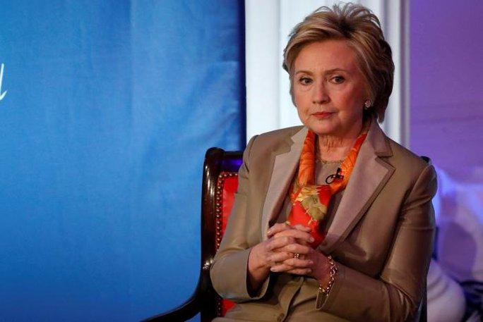 Bà Clinton hôm 2-5 cho rằng ông Trump dùng mạng xã hội quá nhiều. Ảnh: Reuters
