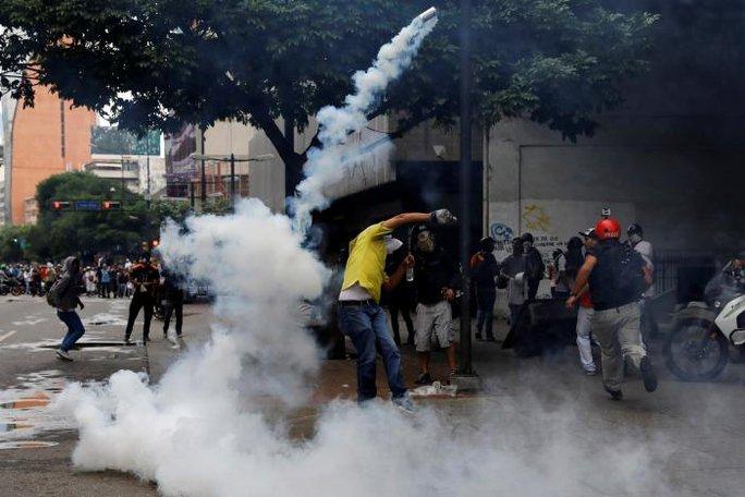 Venezuela: Thủ đô hỗn loạn, thêm người thiệt mạng - Ảnh 3.