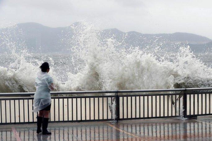 Càn quét Hồng Kông, Macau, bão Hato tràn vào Trung Quốc - Ảnh 2.