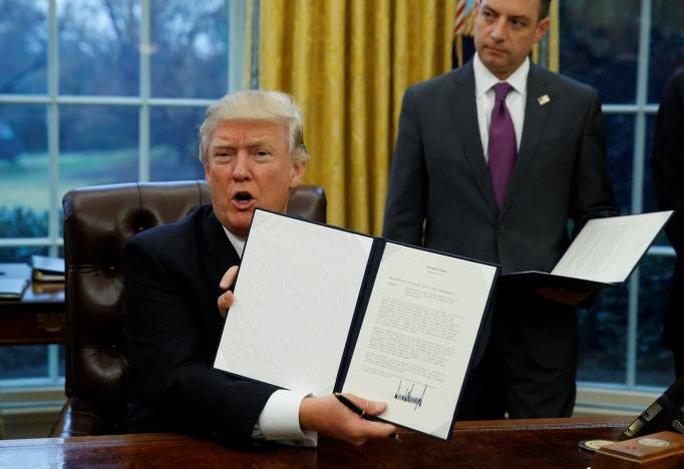 Ông Trump và sắc lệnh rút nước Mỹ khỏi hiệp định TPP. Ảnh: REUTERS