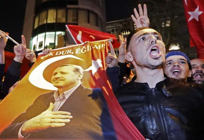 Đám đông biểu tình trước lãnh sự quán Thổ Nhĩ Kỳ ở TP Rotterdam, yêu cầu nhìn thấy bà Sayan Kaya. Ảnh: Reuters