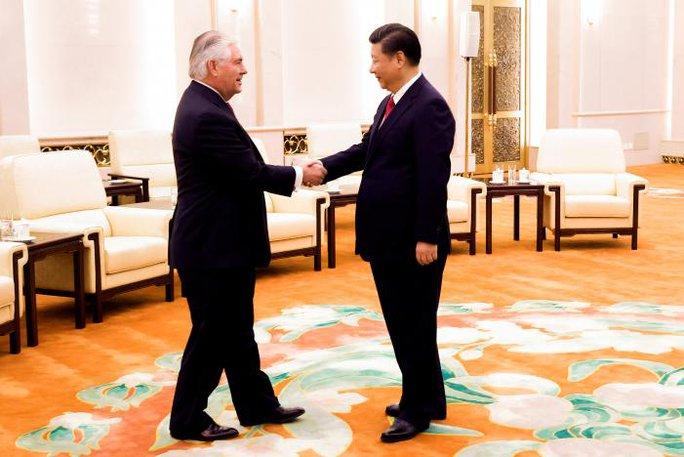 Ngoại trưởng Mỹ Rex Tillerson (trái) và Chủ tịch Trung Quốc Tập Cận Bình trong cuộc gặp hôm 19-3. Ảnh: REUTERS