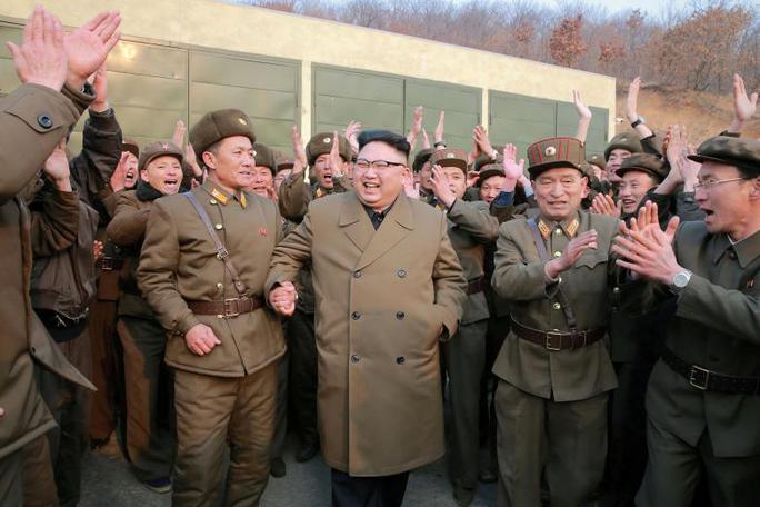 Lãnh đạo Kim Jong-un thị sát cuộc thử nghiệm động cơ đẩy tên lửa thế hệ mới ở Bình Nhưỡng hôm 19-3. Ảnh: Reuters