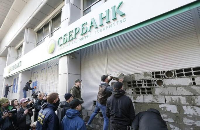 Lệnh trừng phạt đối với các chi nhánh ngân hàng Nga ở Ukraine có hiệu lực từ ngày 23-3. Ảnh: Reuters
