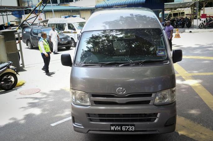 Chiếc xe được cho là chở thi thể ông Kim Jong-nam rời khỏi bệnh viện Kuala Lumpur. Ảnh: REUTERS