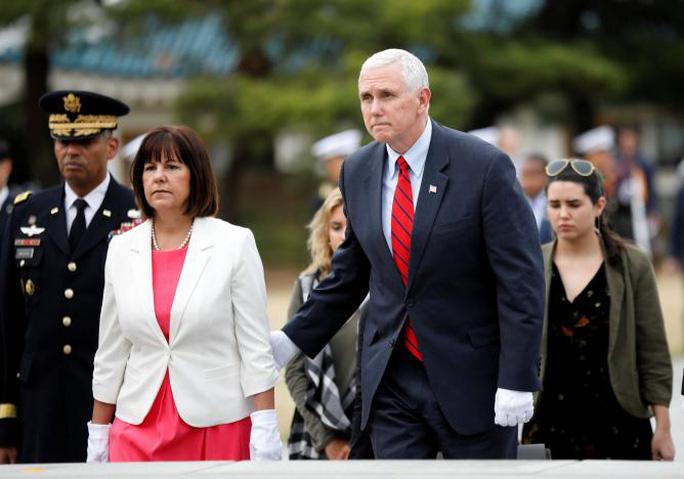 Phó Tổng thống Mỹ Mike Pence và vợ tại nghĩa trang quốc gia ở thủ đô Seoul - Hàn Quốc hôm 16-4. Ảnh: REUTERS