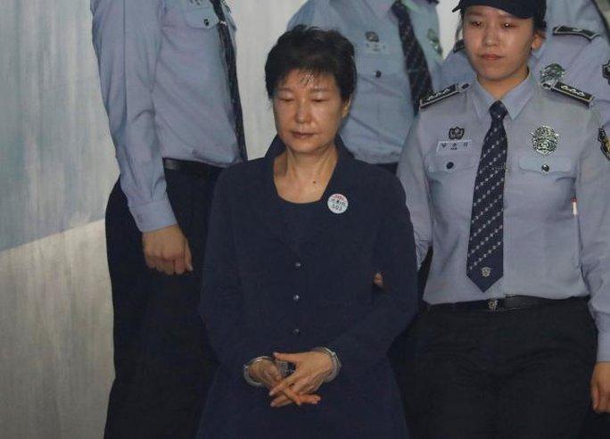 Bà Park Geun-hye bị còng tay hầu tòa, bạn thân Choi rơi lệ hối lỗi - Ảnh 1.