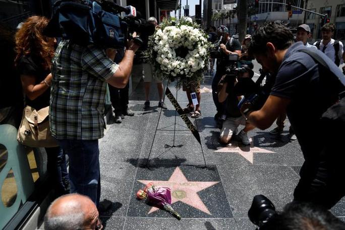 Thương tiếc điệp viên 007 Roger Moore qua đời vì ung thư! - Ảnh 3.