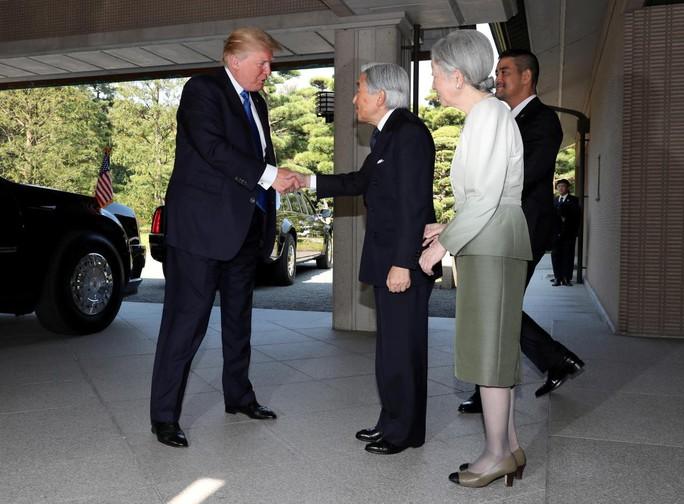 Ông Donald Trump không cúi người chào Nhật hoàng - Ảnh 1.