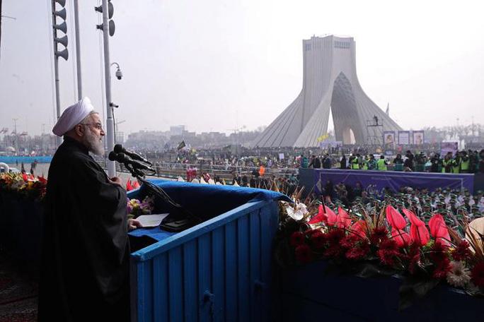 Tổng thống Iran Rouhani phát biểu trước đám đông biểu tình ông Trump tại thủ đô Terhan - Iran hôm 10-2. Ảnh: Reuters