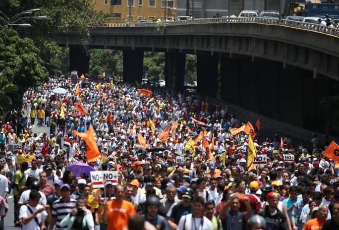 Hàng trăm người biểu tình phản đối ông Maduro hôm 1-4. Ảnh: Reuters
