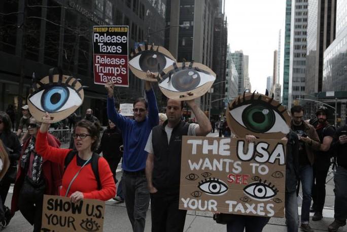 Người dân biểu tình đòi ông Donald Trump công khai thuế. Ảnh: Reuters