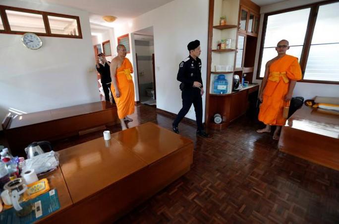 Cảnh sát Thái Lan lục soát chùa Dhammakaya hôm 17-2. Ảnh: REUTERS