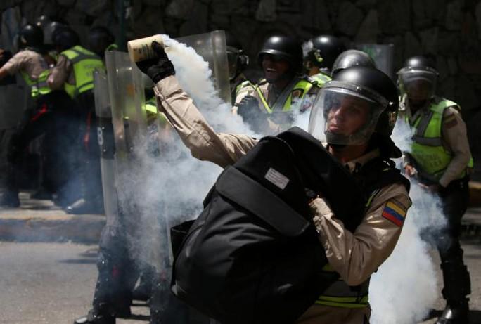 Cảnh sát sử dụng hơi cay trấn áp người biểu tình hôm 1-4. Ảnh: Reuters