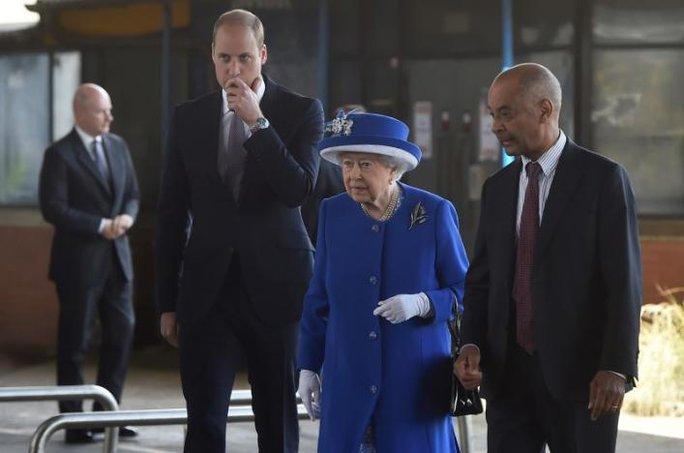 Vụ cháy ở London: Biểu tình sôi sục, thủ tướng Anh tháo chạy - Ảnh 4.