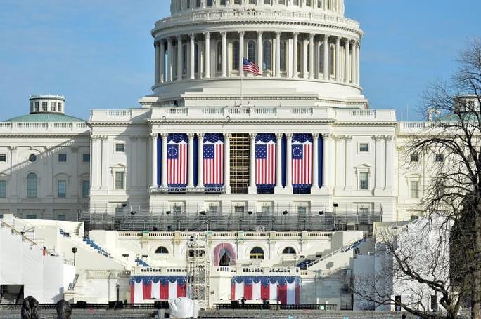 Những khâu chuẩn bị cuối cùng cho lễ nhậm chức tại Đồi Capitol. Ảnh: REUTERS