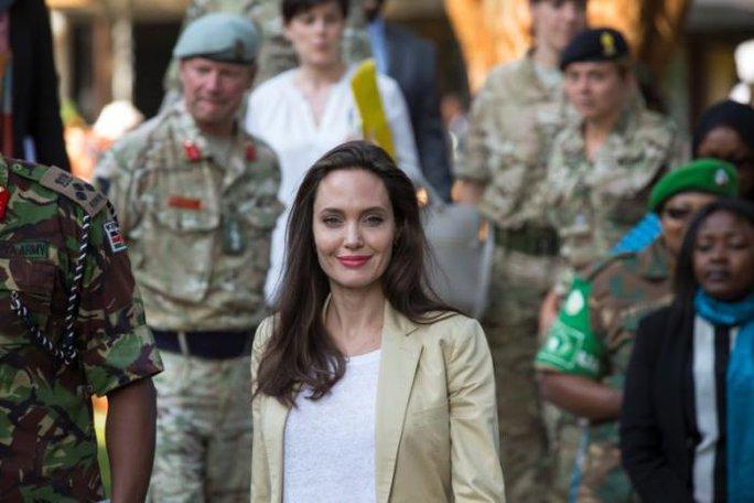 Angelina Jolie thăm các bé gái tị nạn ở Kenya - Ảnh 2.