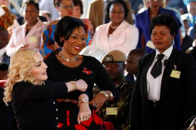 Madonna chính thức khai trương bệnh viện nhi - Ảnh 3.