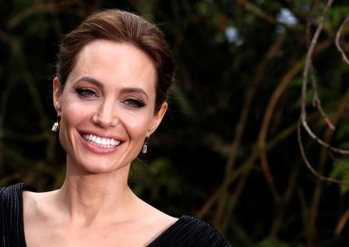 Angelina Jolie từng bị ông trùm Hollywood quấy rối - Ảnh 1.