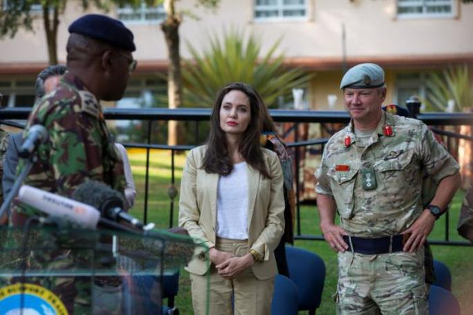 Angelina Jolie thăm các bé gái tị nạn ở Kenya - Ảnh 3.