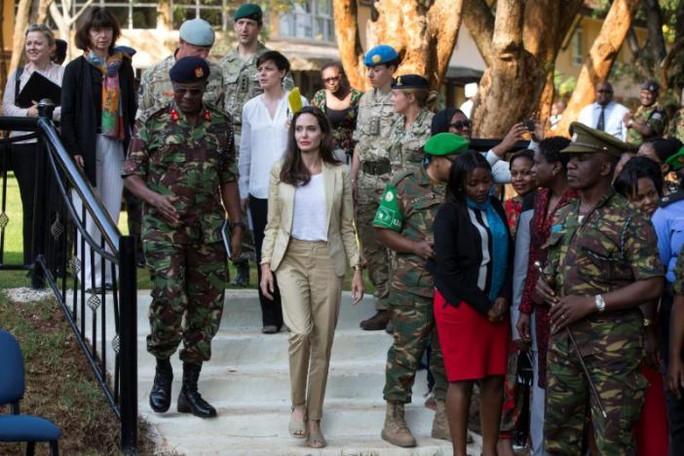 Angelina Jolie thăm các bé gái tị nạn ở Kenya - Ảnh 1.
