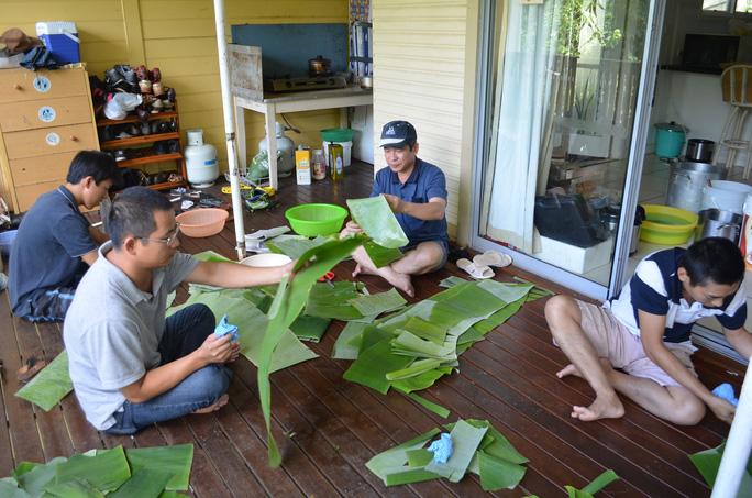 Du học sinh Việt Nam tại Úc cũng gói bánh chưng bánh tét để có một cái tết thật sự truyền thống