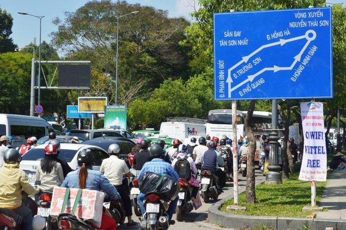 Tại nhiều giao lộ, ô tô liên tục chuyển làn để quay đầu hoặc ra vào các tòa nhà bên đường, gây xung đột cho các chiều lưu thông khiến tình hình ùn ứ càng trở nên nghiêm trọng. Trong ảnh: Cảnh ùn ứ trên đường Trần Quốc Hoàn