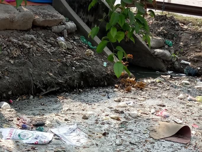 Rác thải từ khu chợ, chăn nuôi cũng tràn hết xuống kênh.