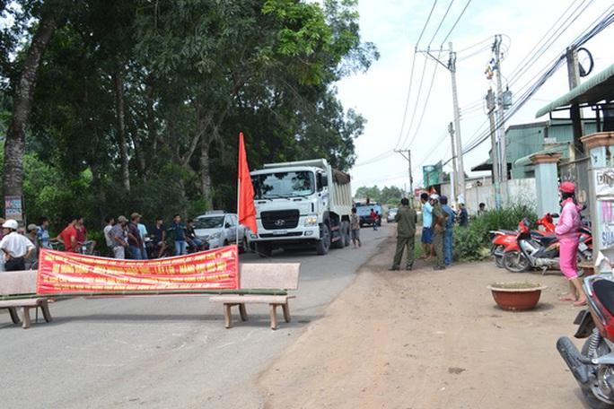 Hết cách, dân lại chặn xe tải vào mỏ đá Tân Cang - Ảnh 1.