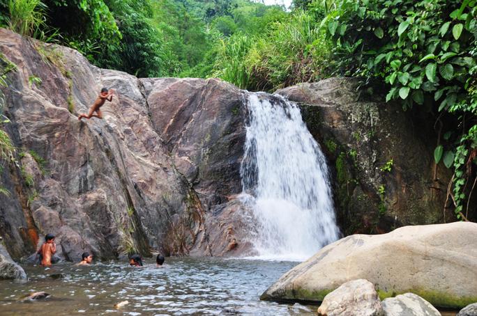 Sau mỗi buổi học, học sinh các trường miền núi thường tổ chức đi tắm suối. Ảnh: Tử Trực (Ảnh minh họa)
