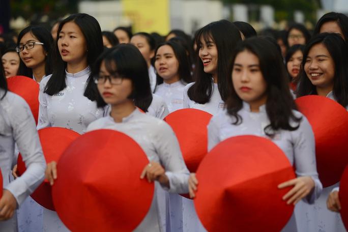 Nhiều nữ sinh tỏ ra phấn khích khi tham dự một chương trình lớn như vậy