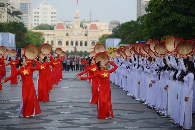 Ngoài màn đồng diễn Tôi yêu Việt Nam, chương trình còn có màn diễu hành áo dài, hành trình đạp xe Năng động áo dài…