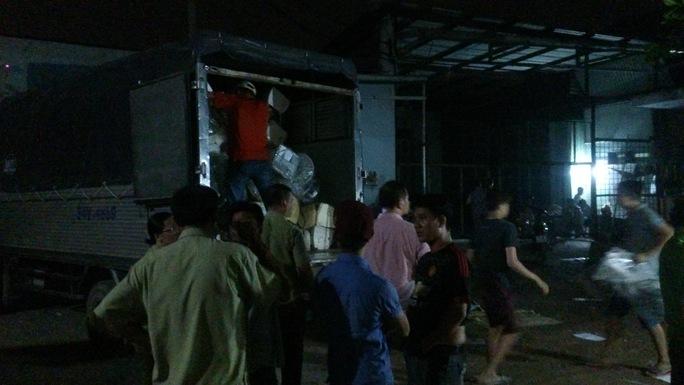 Cảnh sát phải dùng 10 xe container vận chuyển lô hàng về trụ sở xử lý