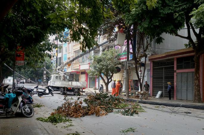 Đến trưa 4-3, lực lượng chức năng vẫn đang trồng cây cột điện tại vị trí xảy ra vụ tai nạn