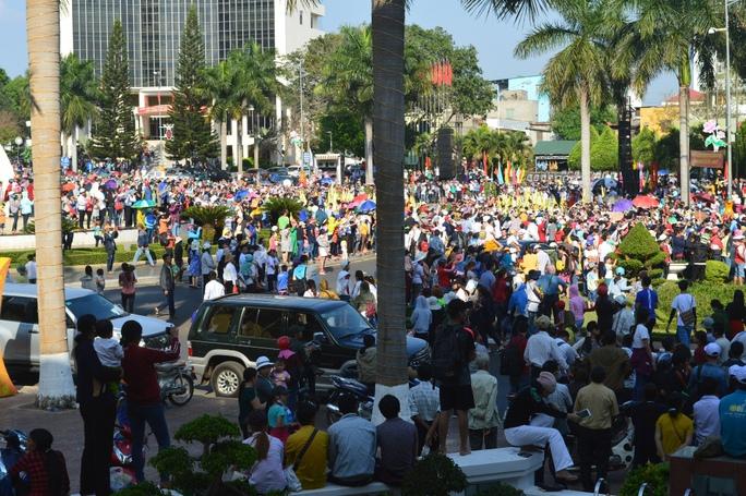 Hàng chục ngàn người đội nắng thưởng thức lễ hội đường phố