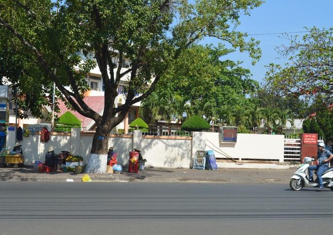 Vỉa hè trước cổng Bệnh viện Đa khoa tỉnh Đắk Lắk bị lấn chiếm bán hàng rong. Ảnh chụp sáng 10-3
