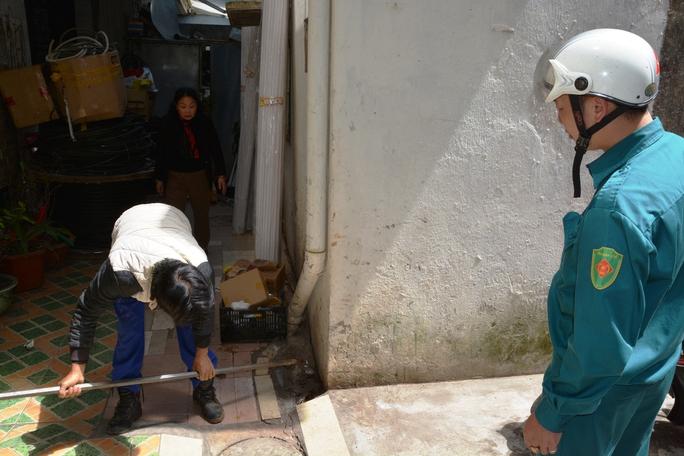 Nhiều nhà trên đường Nguyễn Văn Trỗi xuất hiện nhiều vết nứt bất thường.