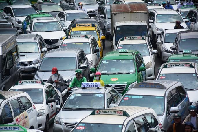 Giao thông hỗn loạn quanh sân bay Tân Sơn Nhất suốt 5 giờ - Ảnh 4.