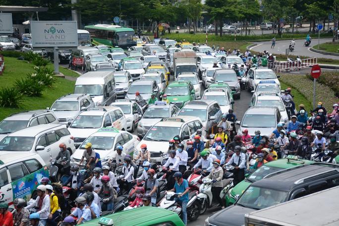 Giao thông hỗn loạn quanh sân bay Tân Sơn Nhất suốt 5 giờ - Ảnh 2.
