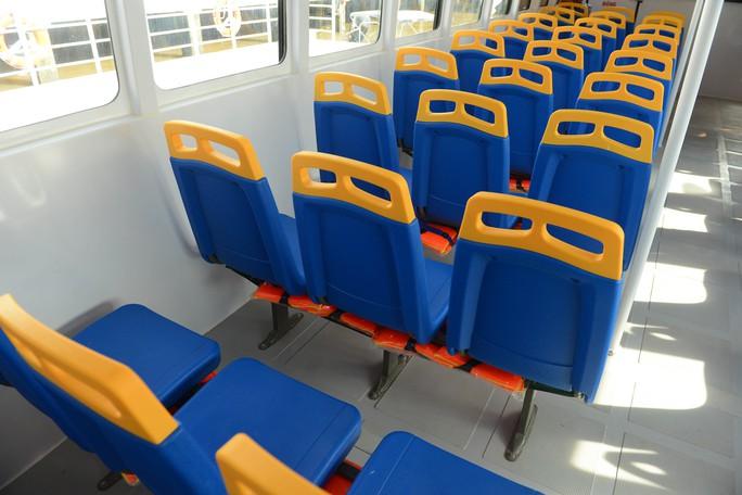 Ngắm tàu buýt đường sông đầu tiên tại TP HCM - Ảnh 4.