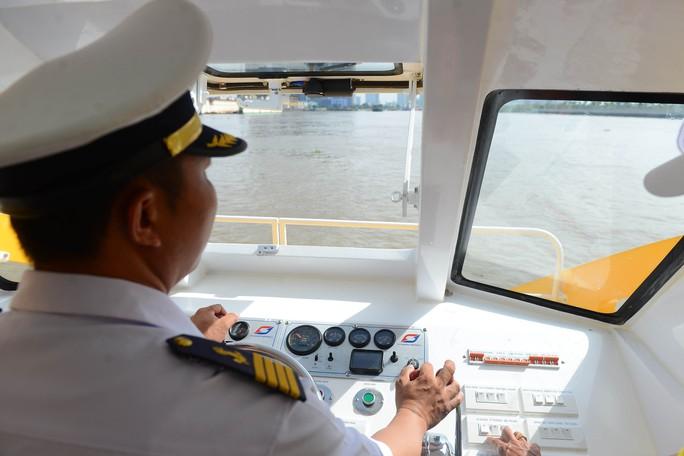 Ngắm tàu buýt đường sông đầu tiên tại TP HCM - Ảnh 6.