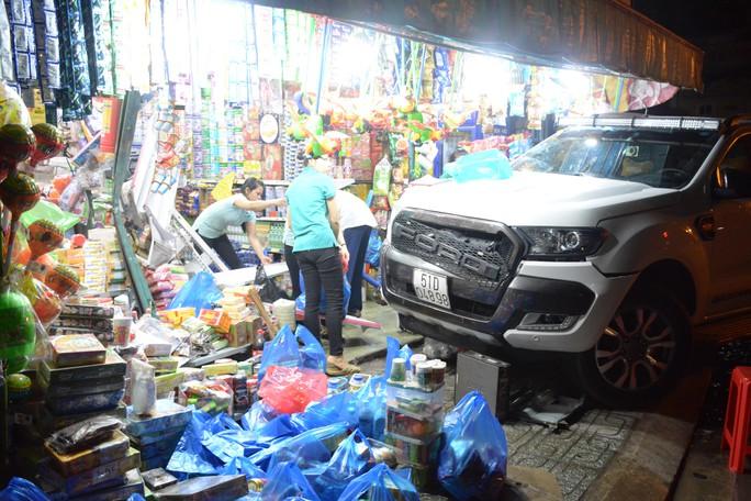 Kinh hãi khi chiếc xe bán tải đâm sầm vào tiệm tạp hóa - Ảnh 1.