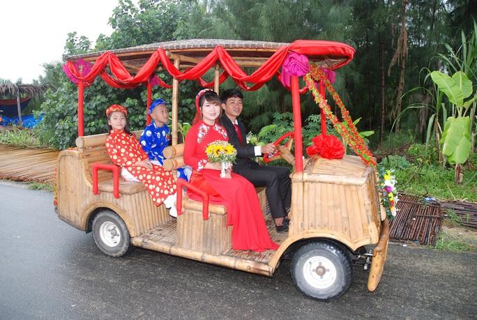 Xe lăn bánh, cô dâu chú rể hạnh phúc trong ngày cưới